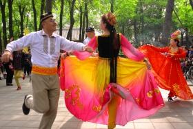 公园里的民族舞