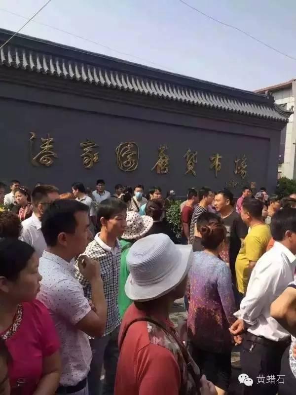中国最大世界第六文玩市场北京潘家园市场,因搬迁霸王条款引发罢市警方介入抓人 ... . ..._图1-1