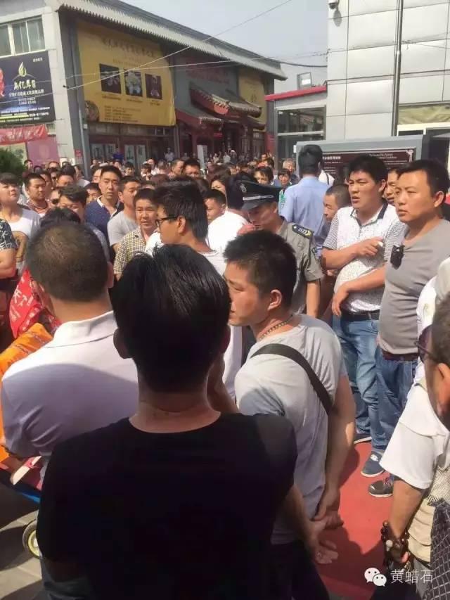 中国最大世界第六文玩市场北京潘家园市场,因搬迁霸王条款引发罢市警方介入抓人 ... . ..._图1-7