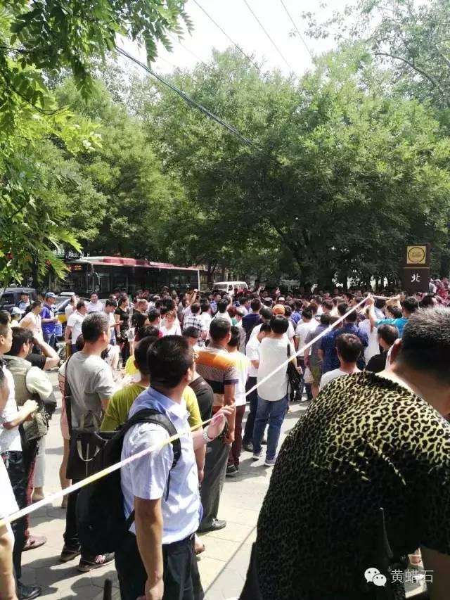 中国最大世界第六文玩市场北京潘家园市场,因搬迁霸王条款引发罢市警方介入抓人 ... . ..._图1-3