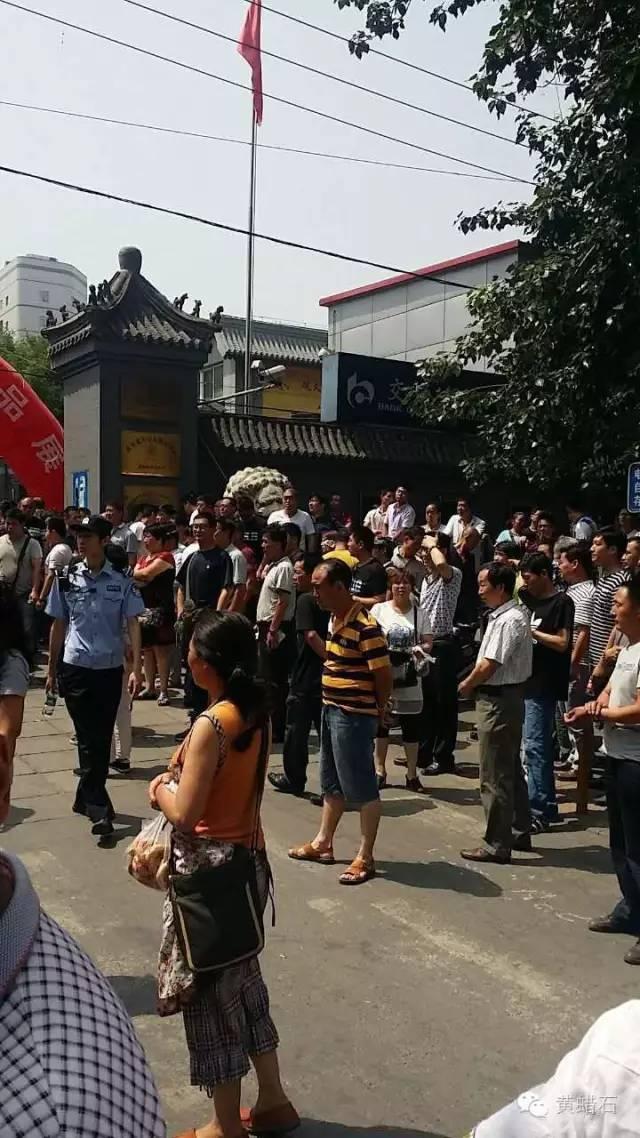 中国最大世界第六文玩市场北京潘家园市场,因搬迁霸王条款引发罢市警方介入抓人 ... . ..._图1-2