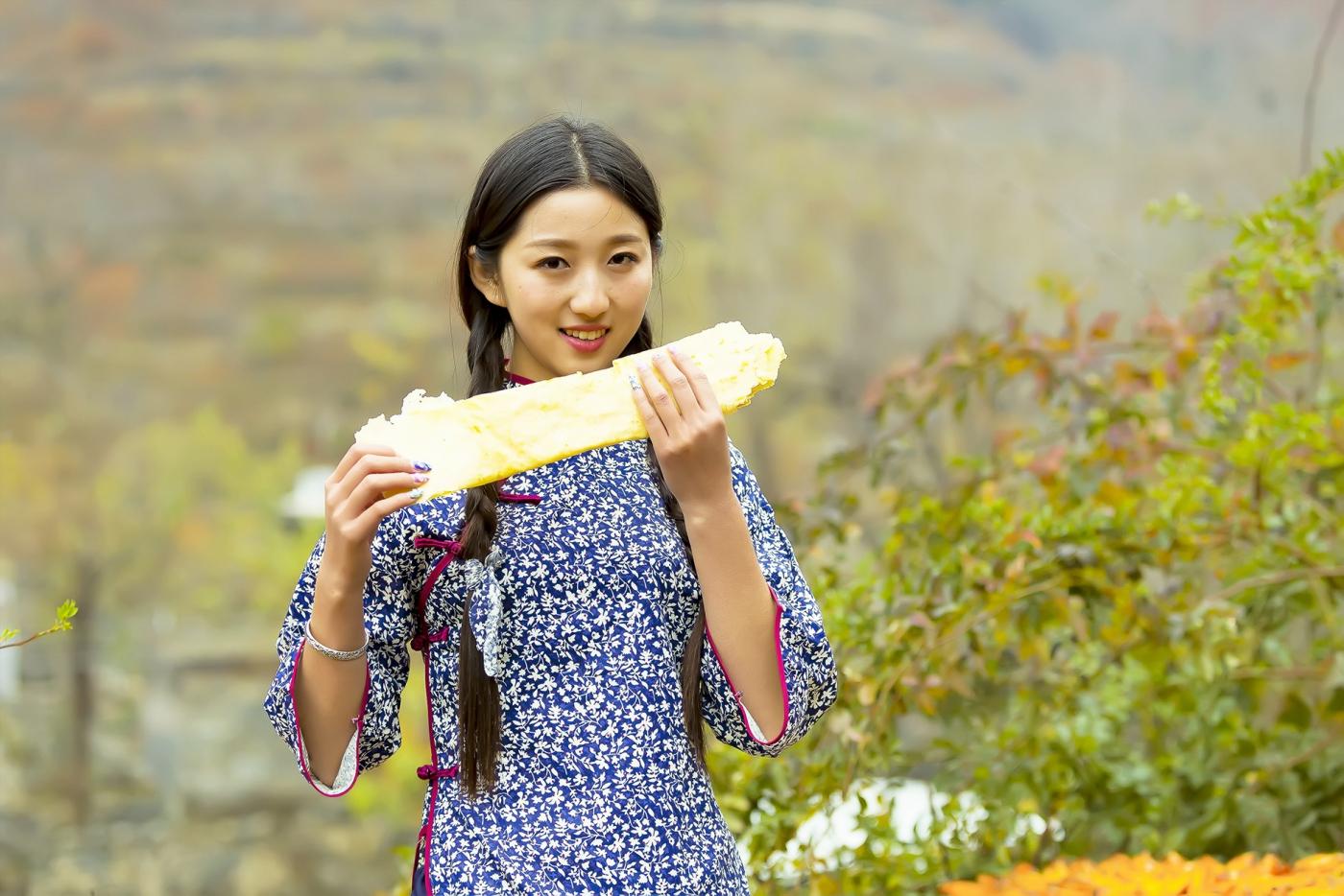 """蒙山人家走来一位可爱的""""煎饼mm"""" 地道的临沂大嫚范_图1-1"""