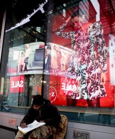 紐約時代廣場旁一位流浪畫家
