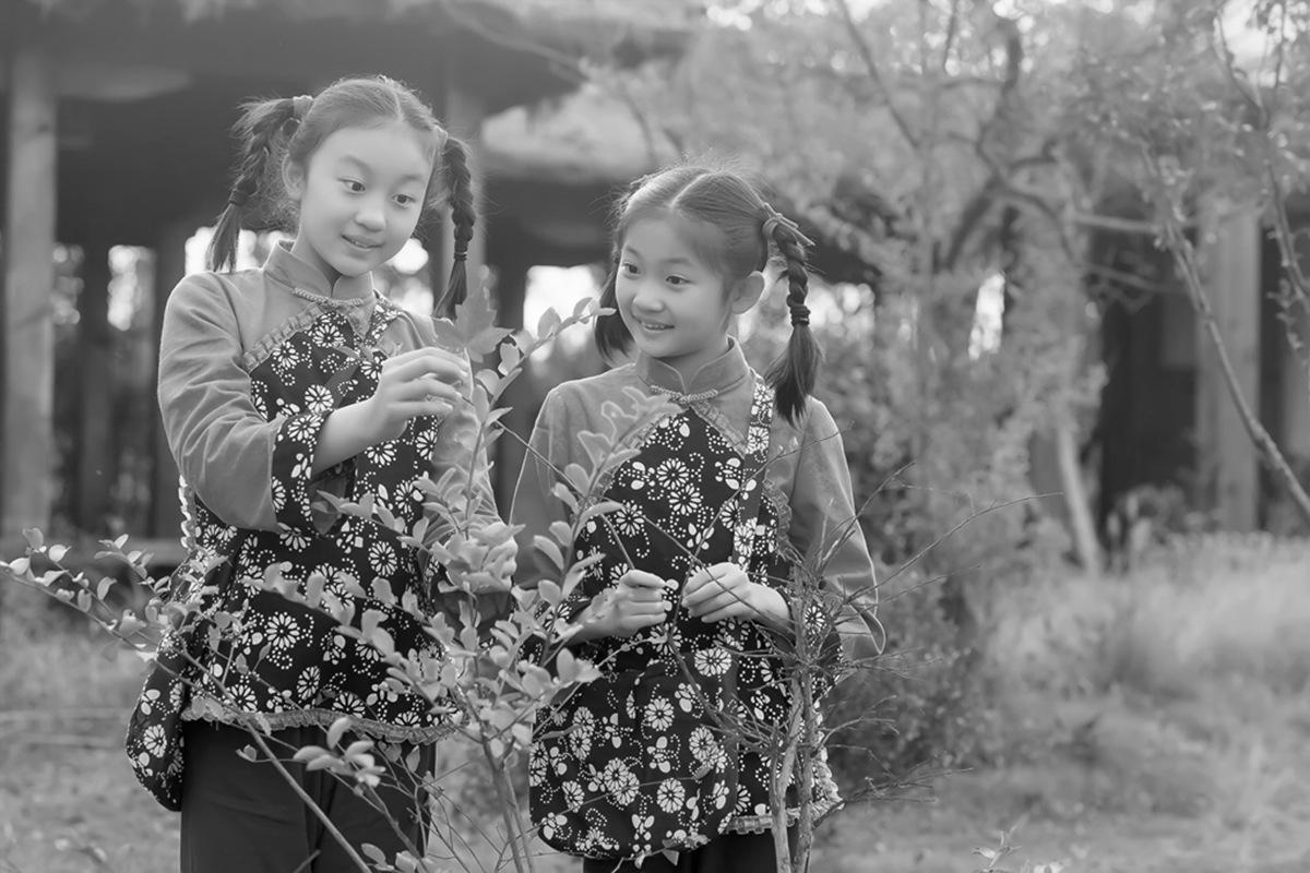 沂蒙小精灵(李欣蔚崔熙恩)第四季 黑白的图片 快乐的童年_图1-1