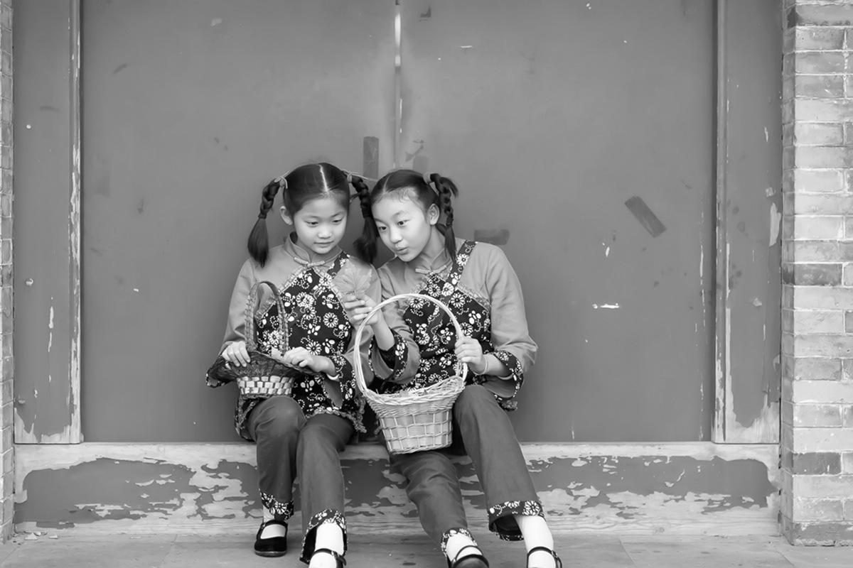 沂蒙小精灵(李欣蔚崔熙恩)第四季 黑白的图片 快乐的童年_图1-4