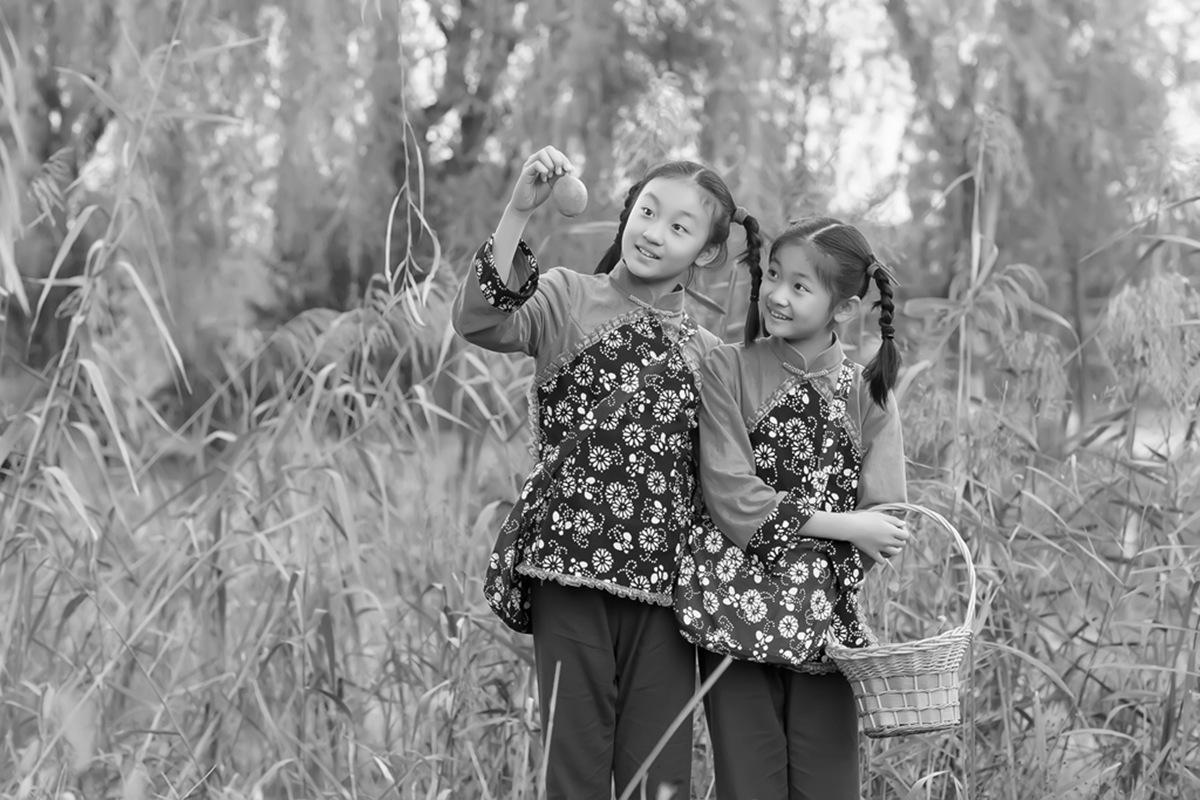 沂蒙小精灵(李欣蔚崔熙恩)第四季 黑白的图片 快乐的童年_图1-10