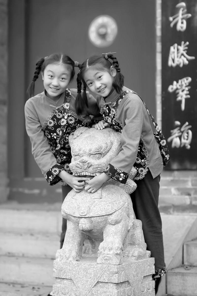 沂蒙小精灵(李欣蔚崔熙恩)第四季 黑白的图片 快乐的童年_图1-12