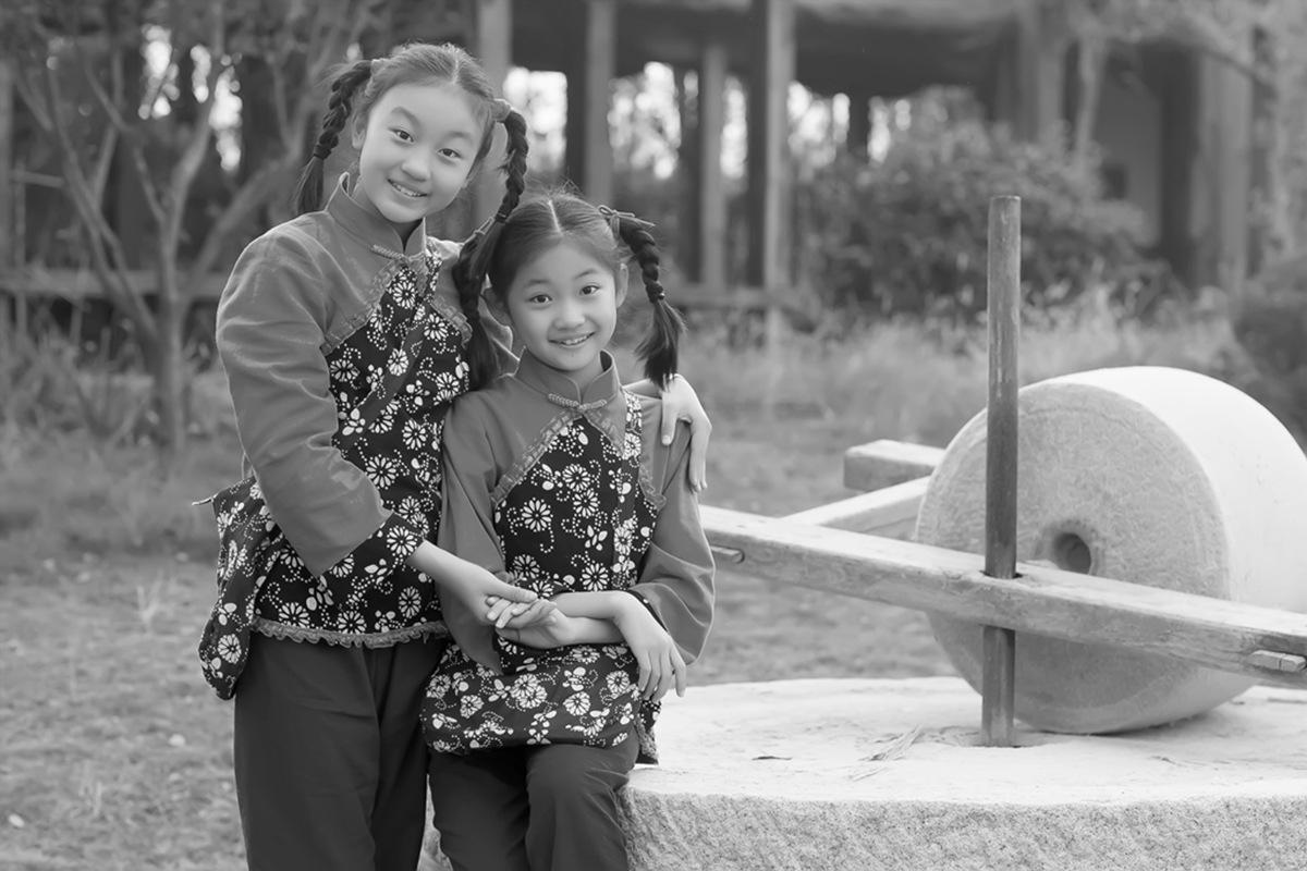 沂蒙小精灵(李欣蔚崔熙恩)第四季 黑白的图片 快乐的童年_图1-14