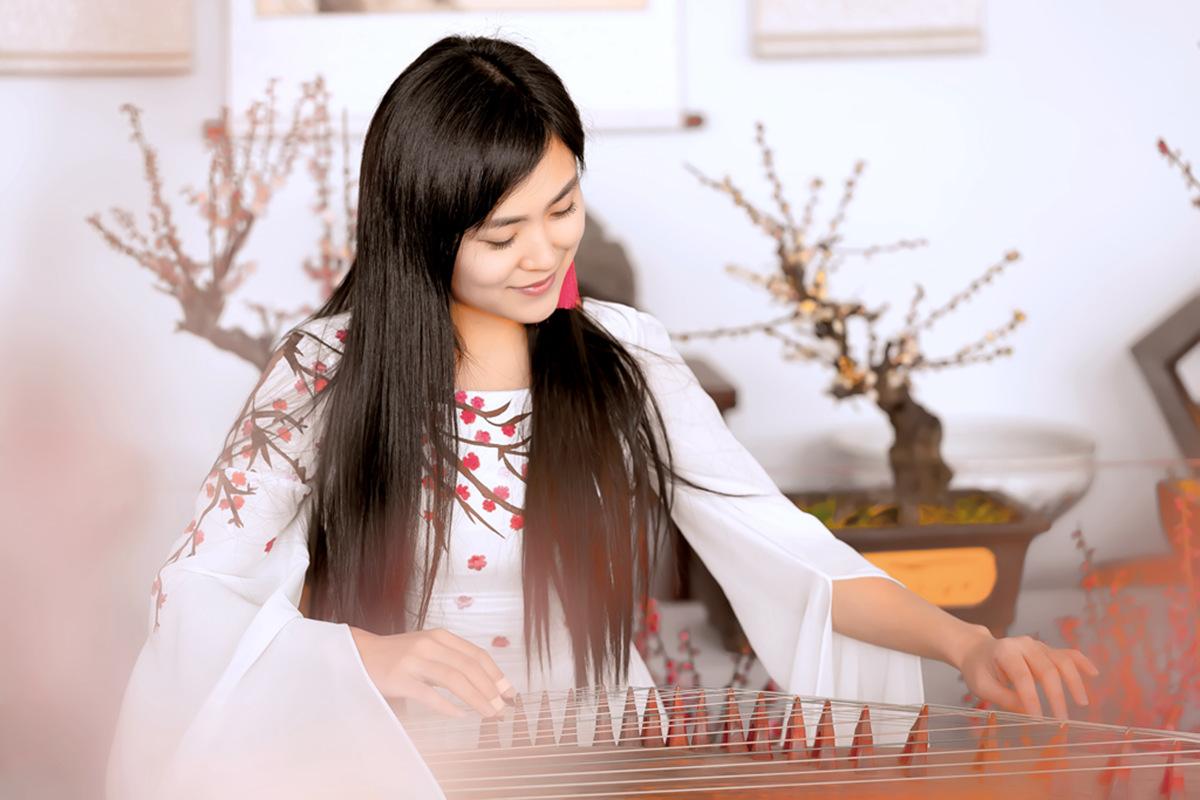 春晚弹奏古筝的沂水女孩是她呀 还和刘能搭戏今天邂逅梅园_图1-1