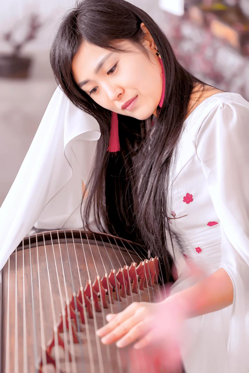 春晚弹奏古筝的沂水女孩是她呀 还和刘能搭戏今天邂逅梅园_图1-3