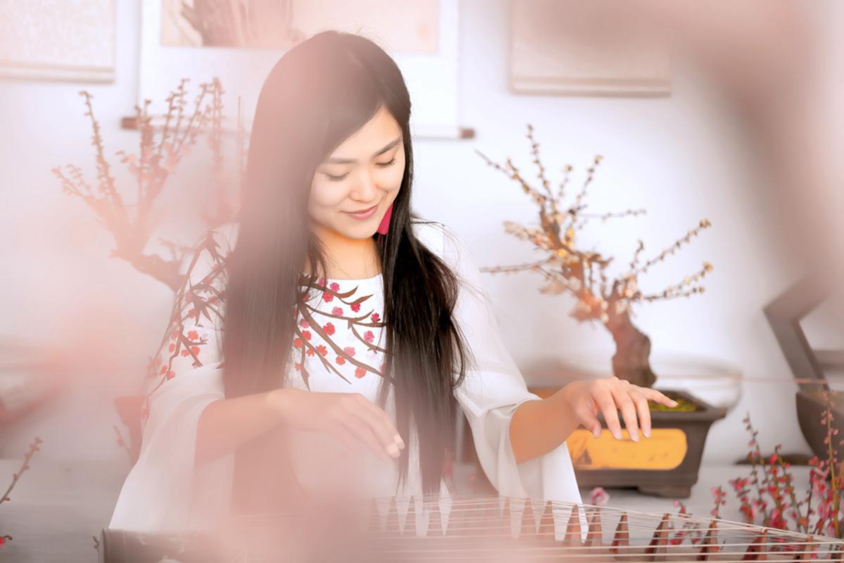 春晚弹奏古筝的沂水女孩是她呀 还和刘能搭戏今天邂逅梅园_图1-6