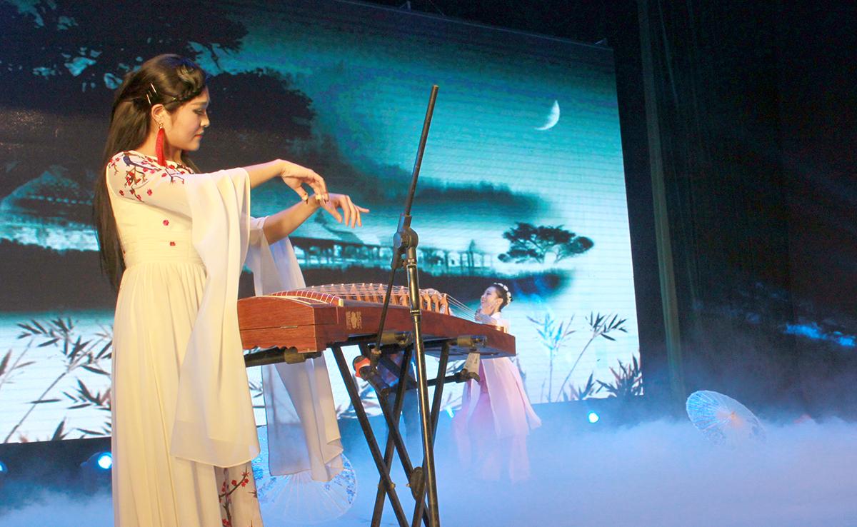 春晚弹奏古筝的沂水女孩是她呀 还和刘能搭戏今天邂逅梅园_图1-24