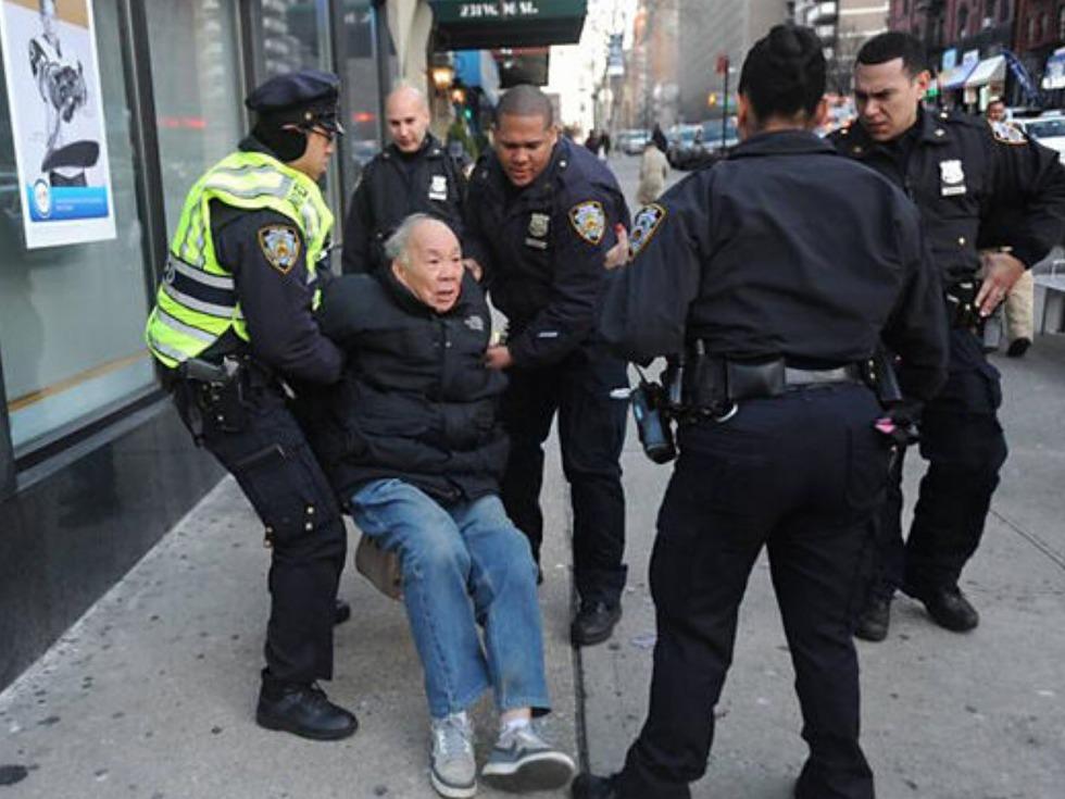 """纽约华翁被西裔女子殴打 美国真的是""""老人坟墓""""吗?_图1-5"""