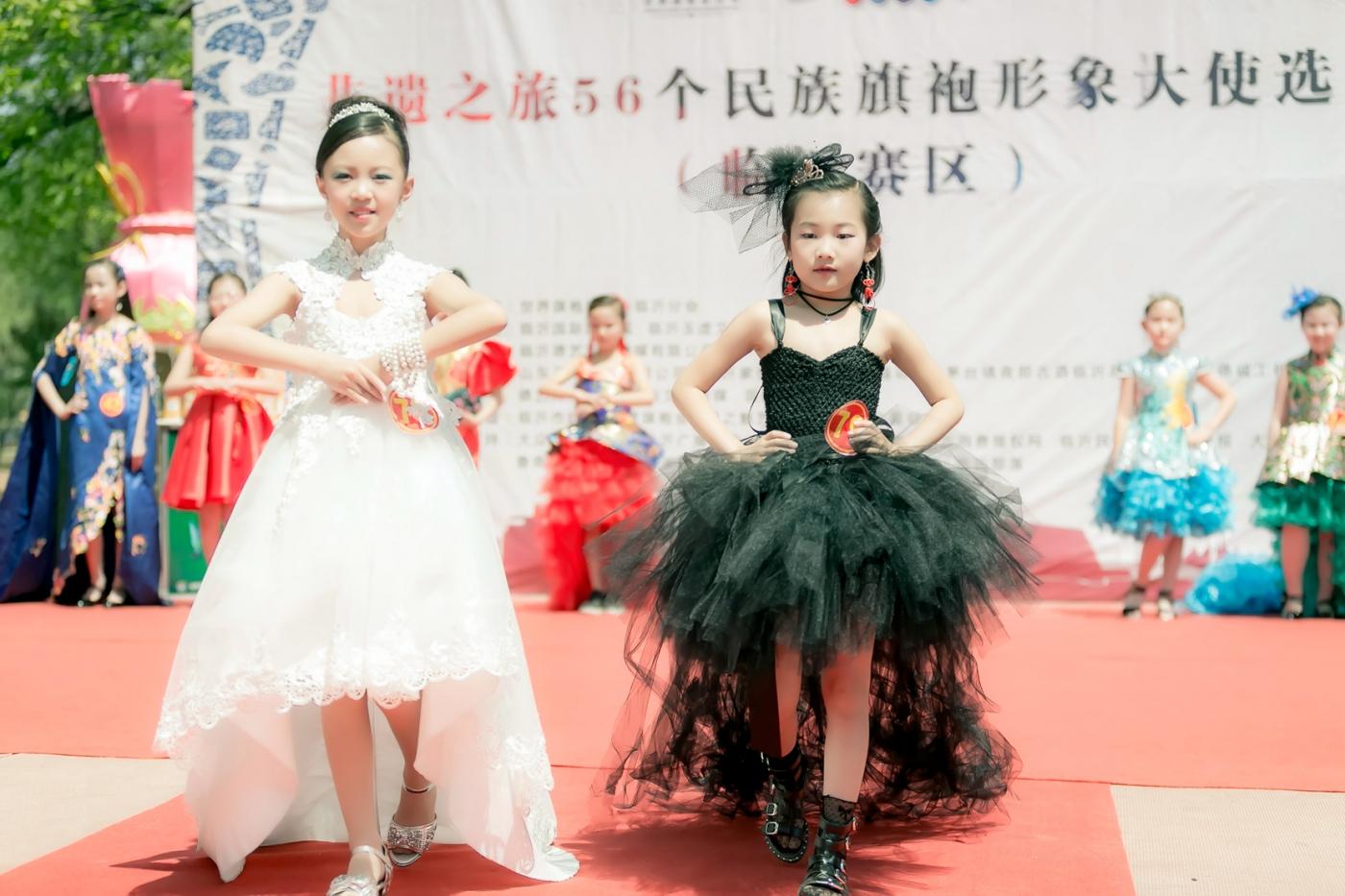 沂蒙娃娃穿上礼服走上show台 有个女孩特别萌 礼仪就要从娃娃抓起 ..._图1-2