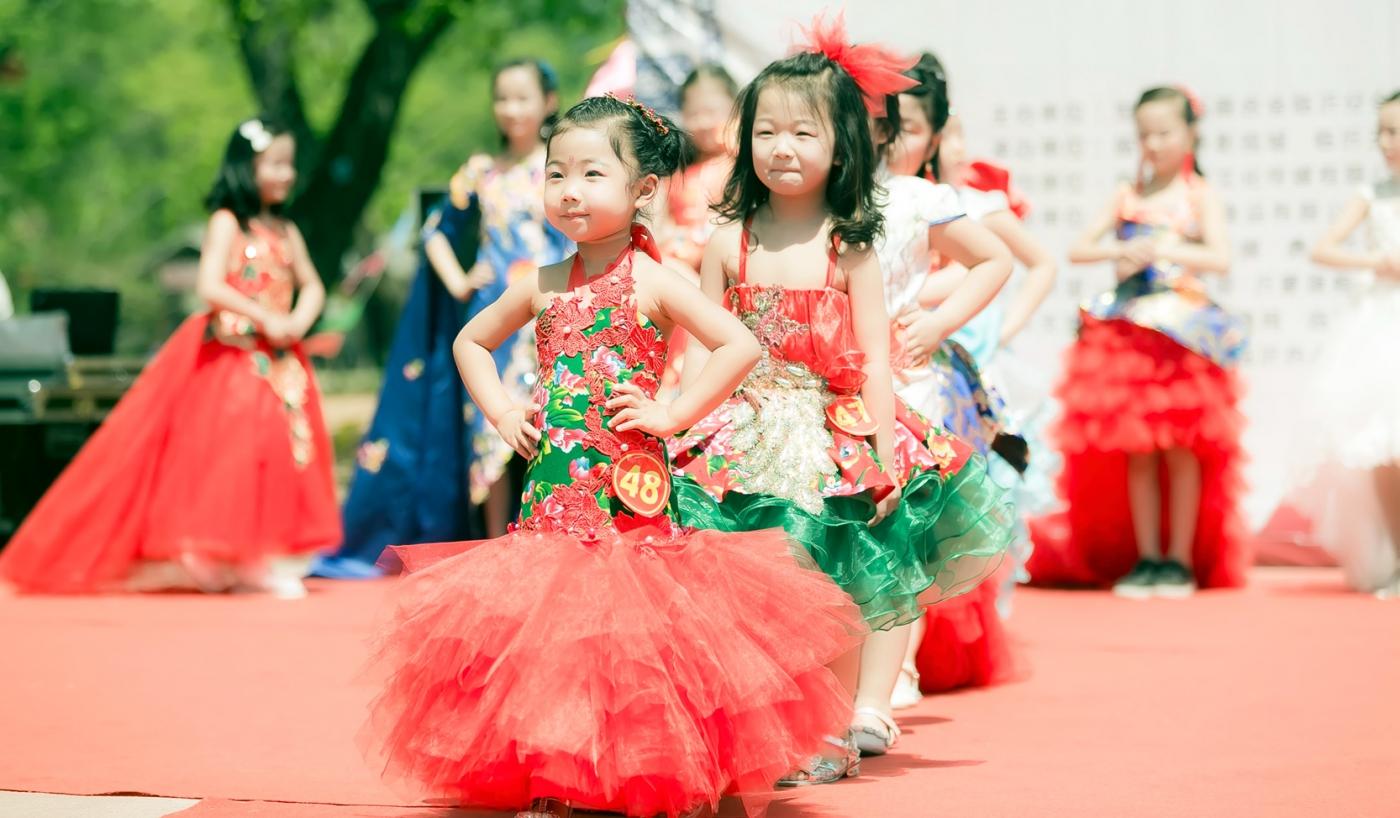 沂蒙娃娃穿上礼服走上show台 有个女孩特别萌 礼仪就要从娃娃抓起 ..._图1-3