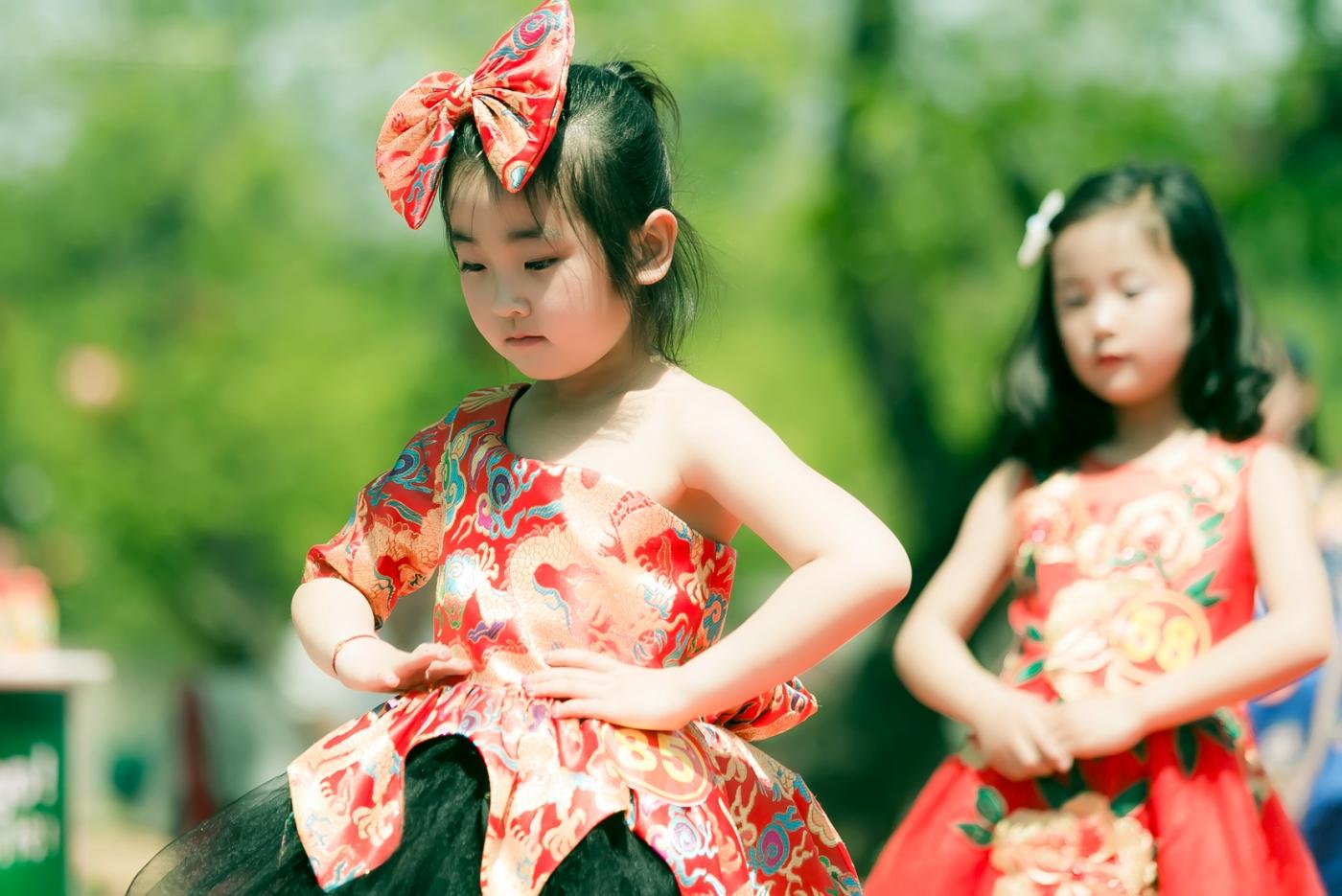 沂蒙娃娃穿上礼服走上show台 有个女孩特别萌 礼仪就要从娃娃抓起 ..._图1-4