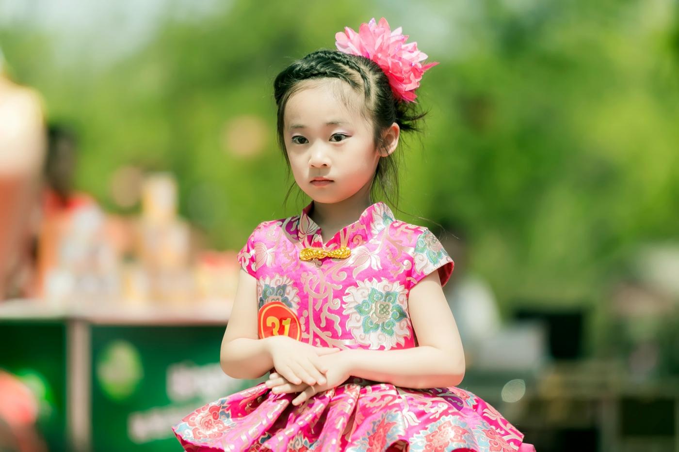 沂蒙娃娃穿上礼服走上show台 有个女孩特别萌 礼仪就要从娃娃抓起 ..._图1-6