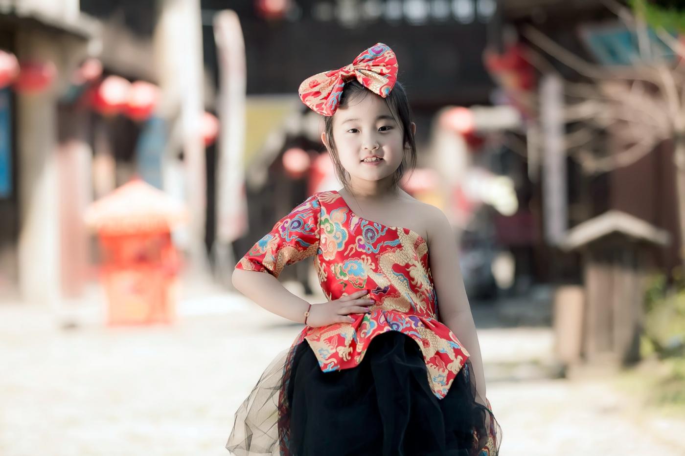 沂蒙娃娃穿上礼服走上show台 有个女孩特别萌 礼仪就要从娃娃抓起 ..._图1-12