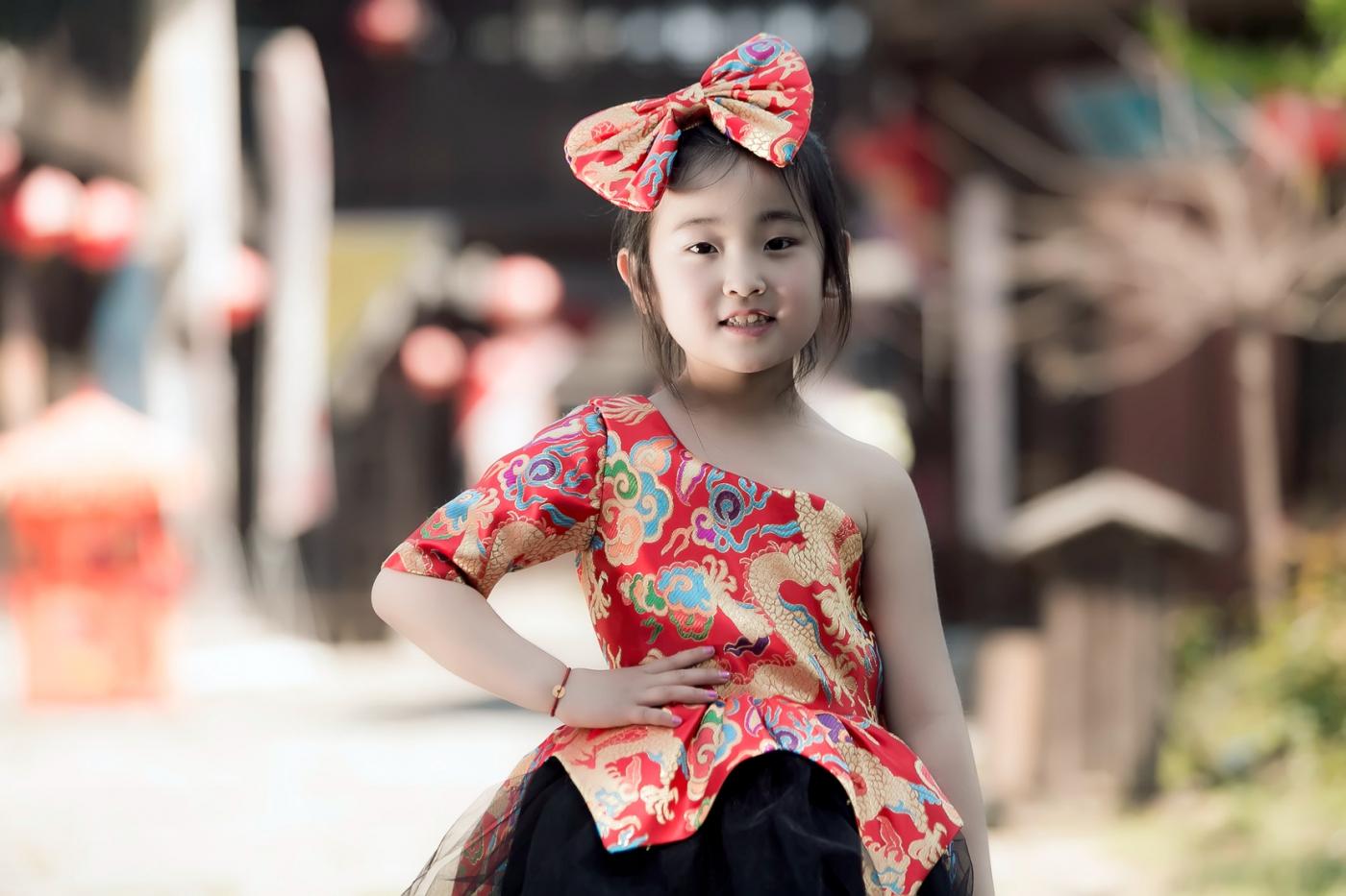 沂蒙娃娃穿上礼服走上show台 有个女孩特别萌 礼仪就要从娃娃抓起 ..._图1-13