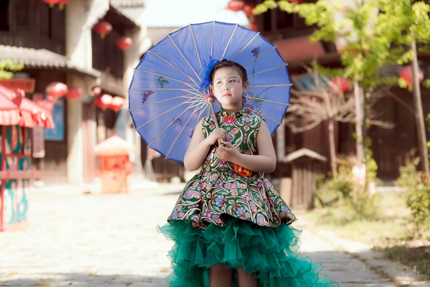沂蒙娃娃穿上礼服走上show台 有个女孩特别萌 礼仪就要从娃娃抓起 ..._图1-14
