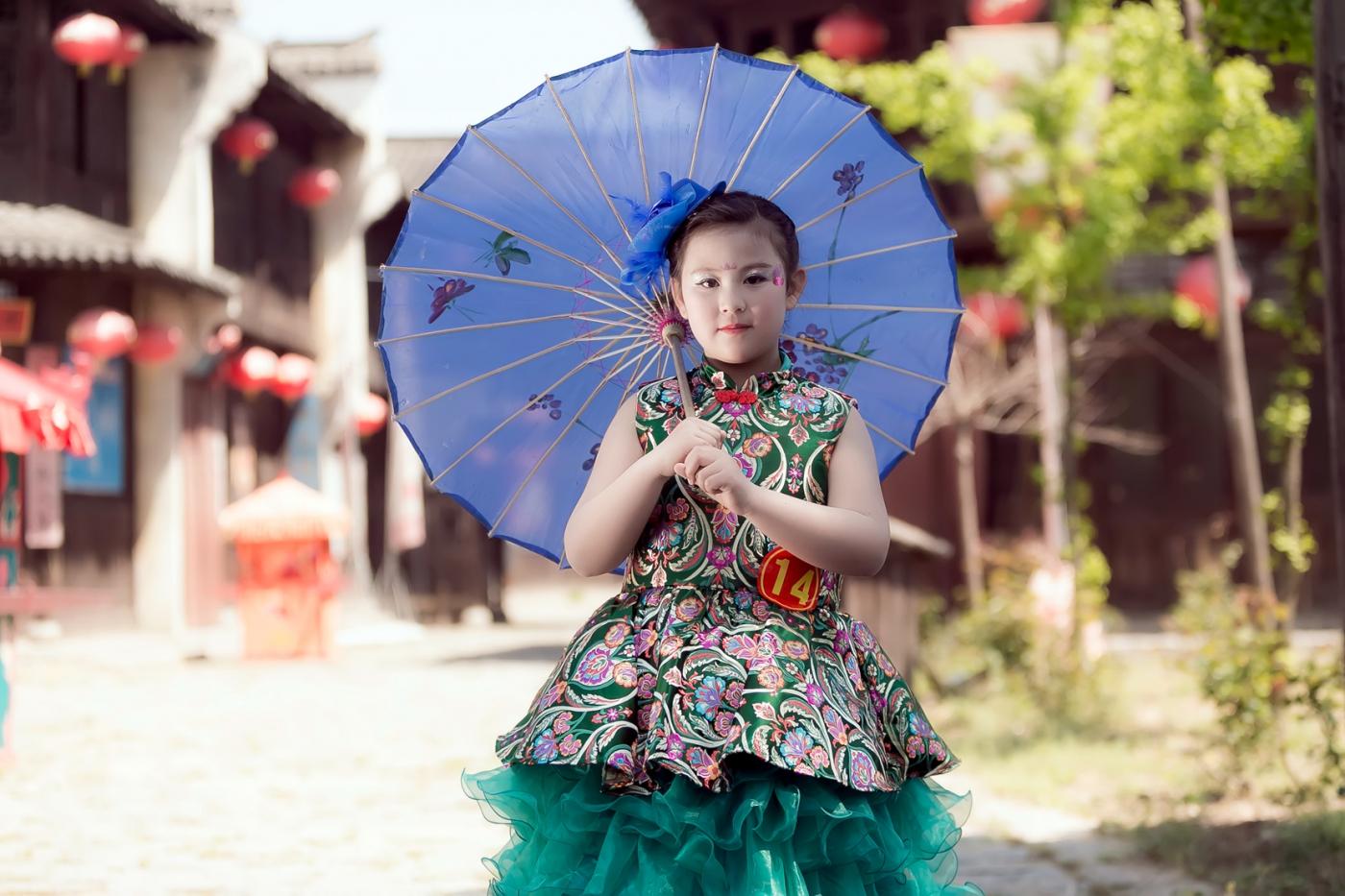 沂蒙娃娃穿上礼服走上show台 有个女孩特别萌 礼仪就要从娃娃抓起 ..._图1-15