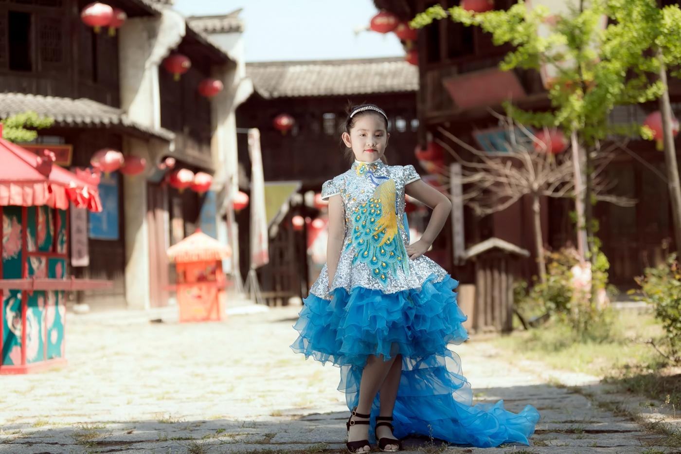 沂蒙娃娃穿上礼服走上show台 有个女孩特别萌 礼仪就要从娃娃抓起 ..._图1-16