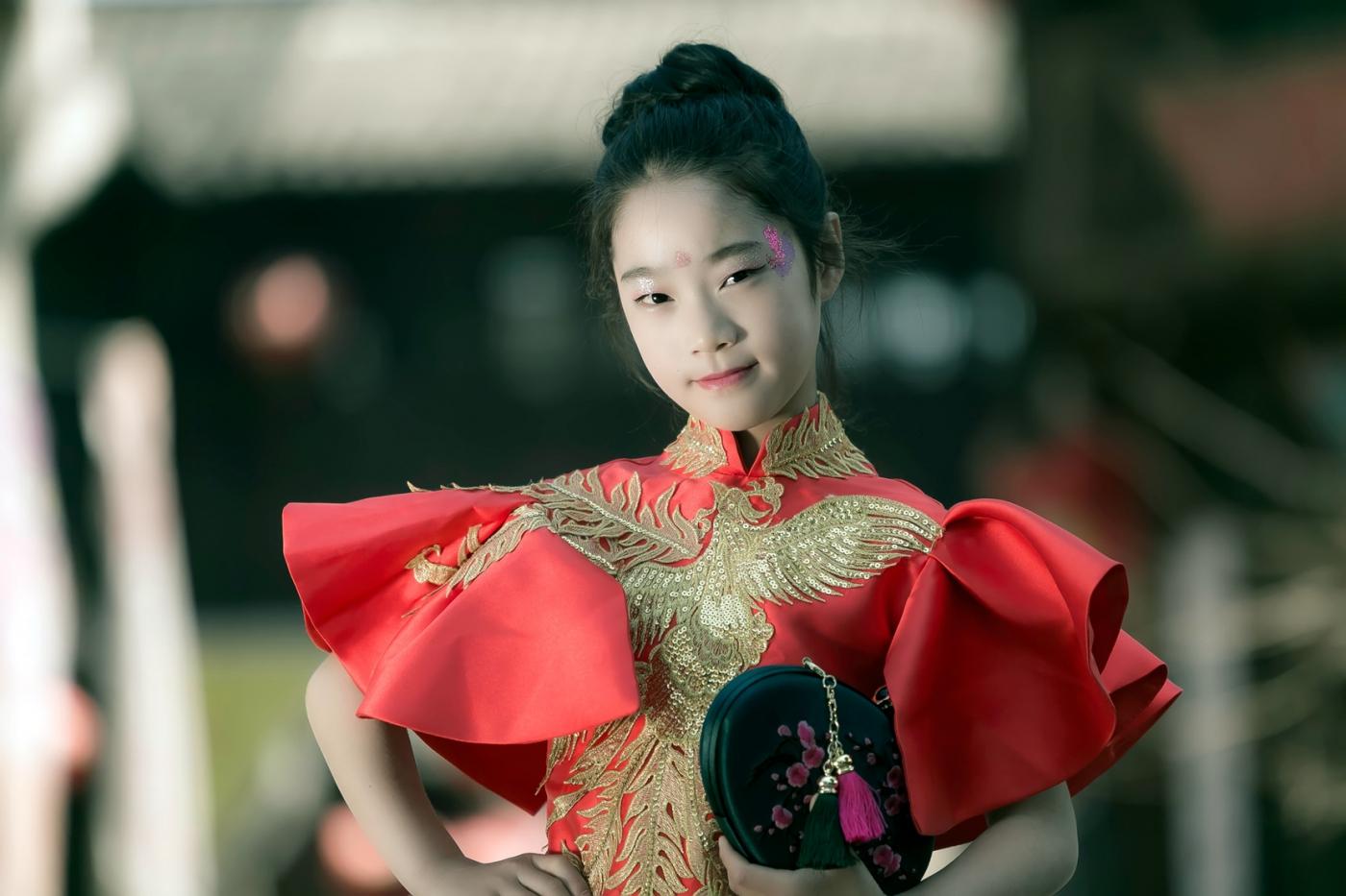 沂蒙娃娃穿上礼服走上show台 有个女孩特别萌 礼仪就要从娃娃抓起 ..._图1-19