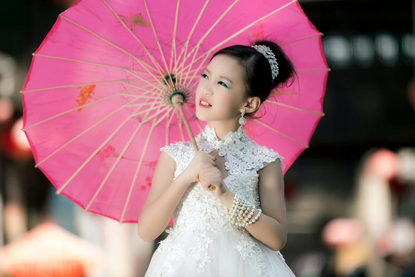 沂蒙娃娃穿上礼服走上show台 有个女孩特别萌 礼仪就要从娃娃抓起 ..._图1-21