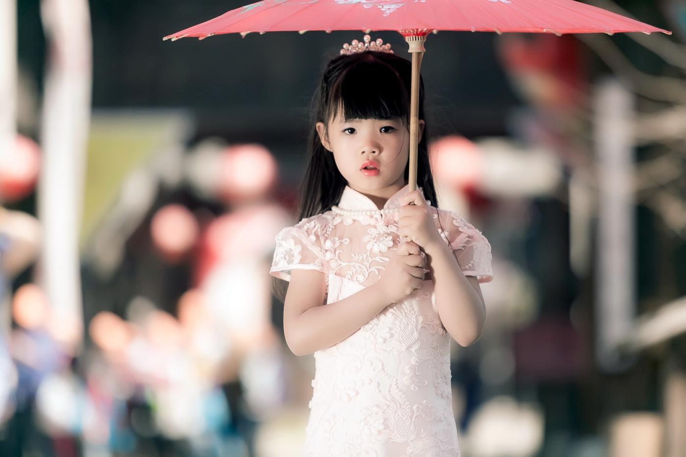 沂蒙娃娃穿上礼服走上show台 有个女孩特别萌 礼仪就要从娃娃抓起 ..._图1-22