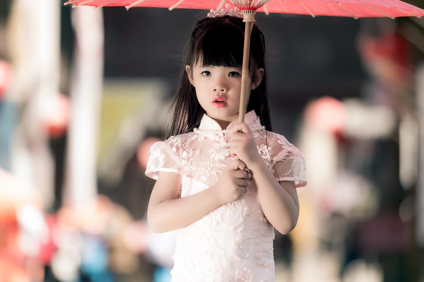 沂蒙娃娃穿上礼服走上show台 有个女孩特别萌 礼仪就要从娃娃抓起 ..._图1-23