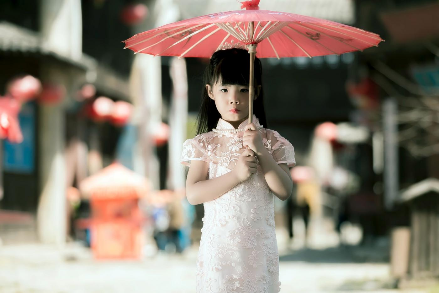 沂蒙娃娃穿上礼服走上show台 有个女孩特别萌 礼仪就要从娃娃抓起 ..._图1-24