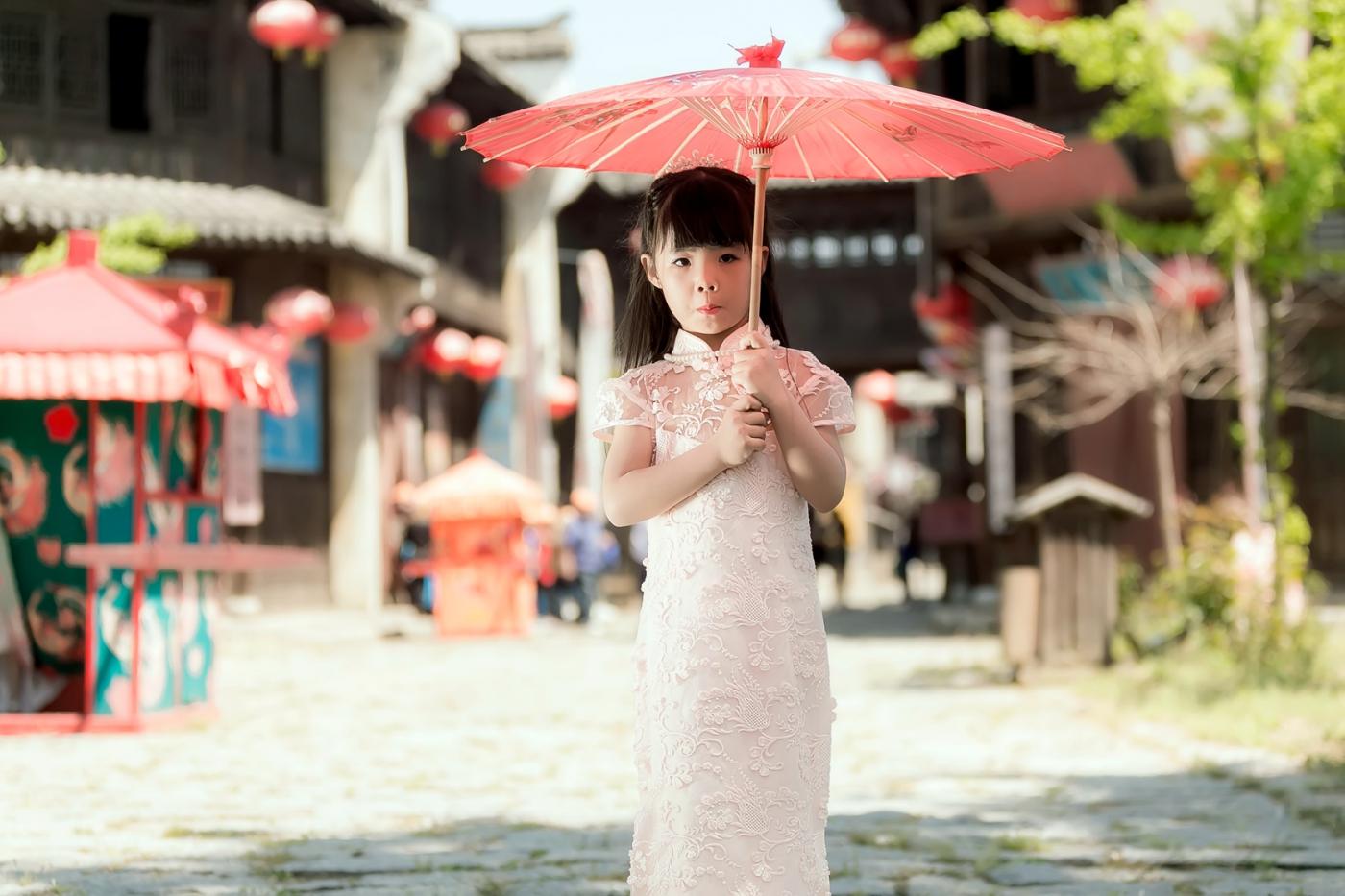 沂蒙娃娃穿上礼服走上show台 有个女孩特别萌 礼仪就要从娃娃抓起 ..._图1-25