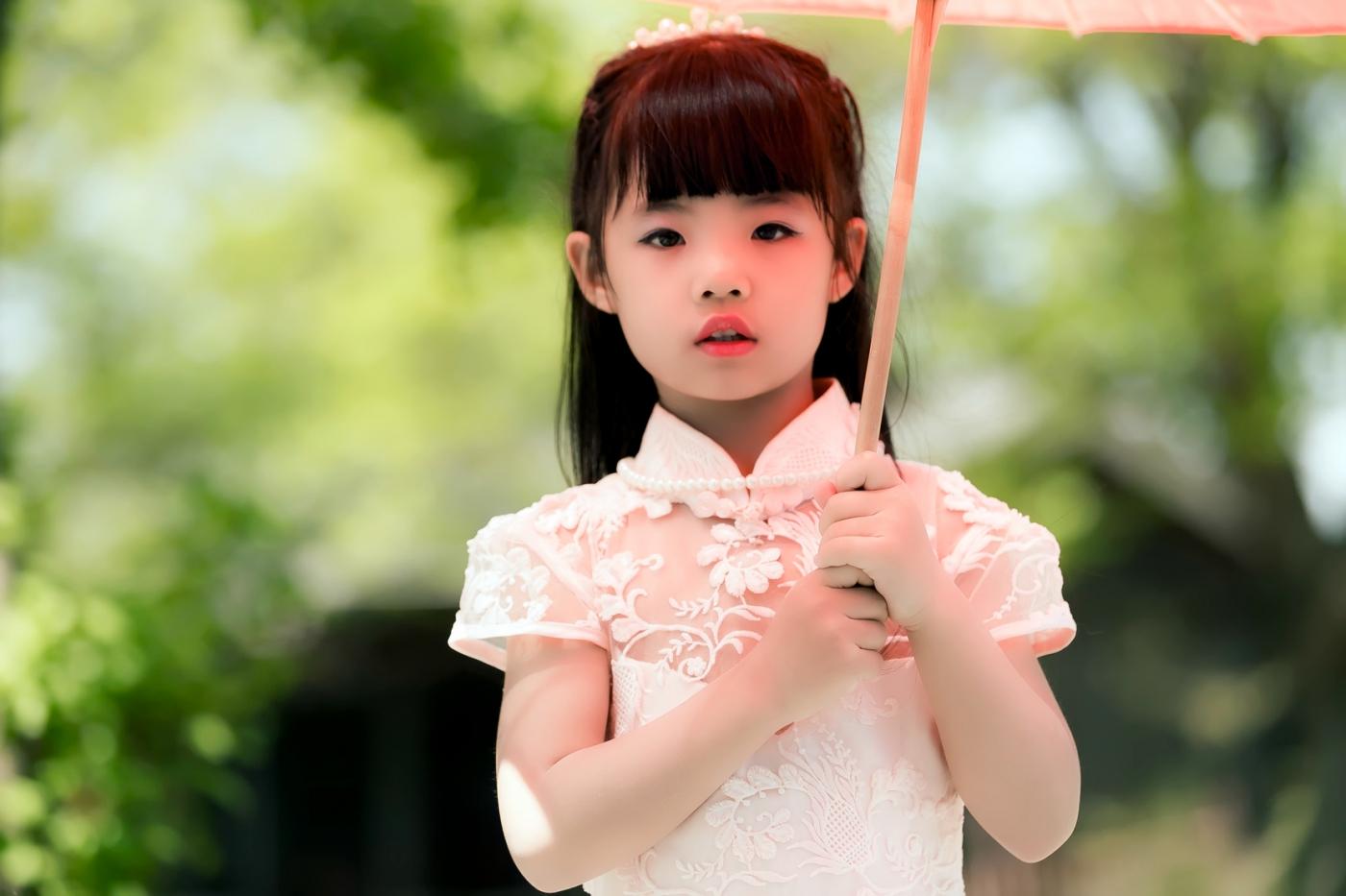 沂蒙娃娃穿上礼服走上show台 有个女孩特别萌 礼仪就要从娃娃抓起 ..._图1-26