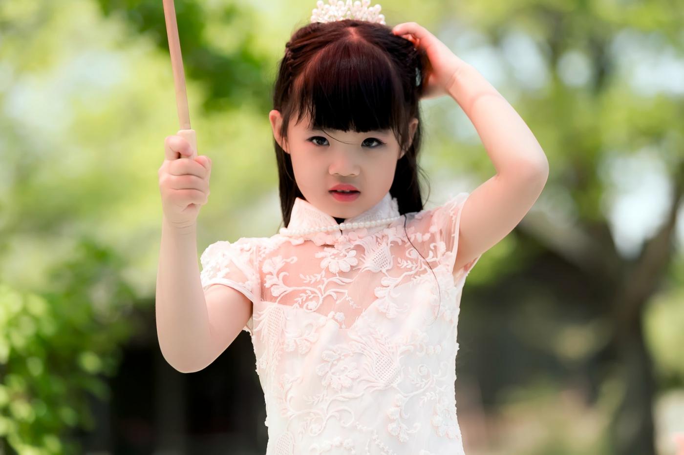 沂蒙娃娃穿上礼服走上show台 有个女孩特别萌 礼仪就要从娃娃抓起 ..._图1-27