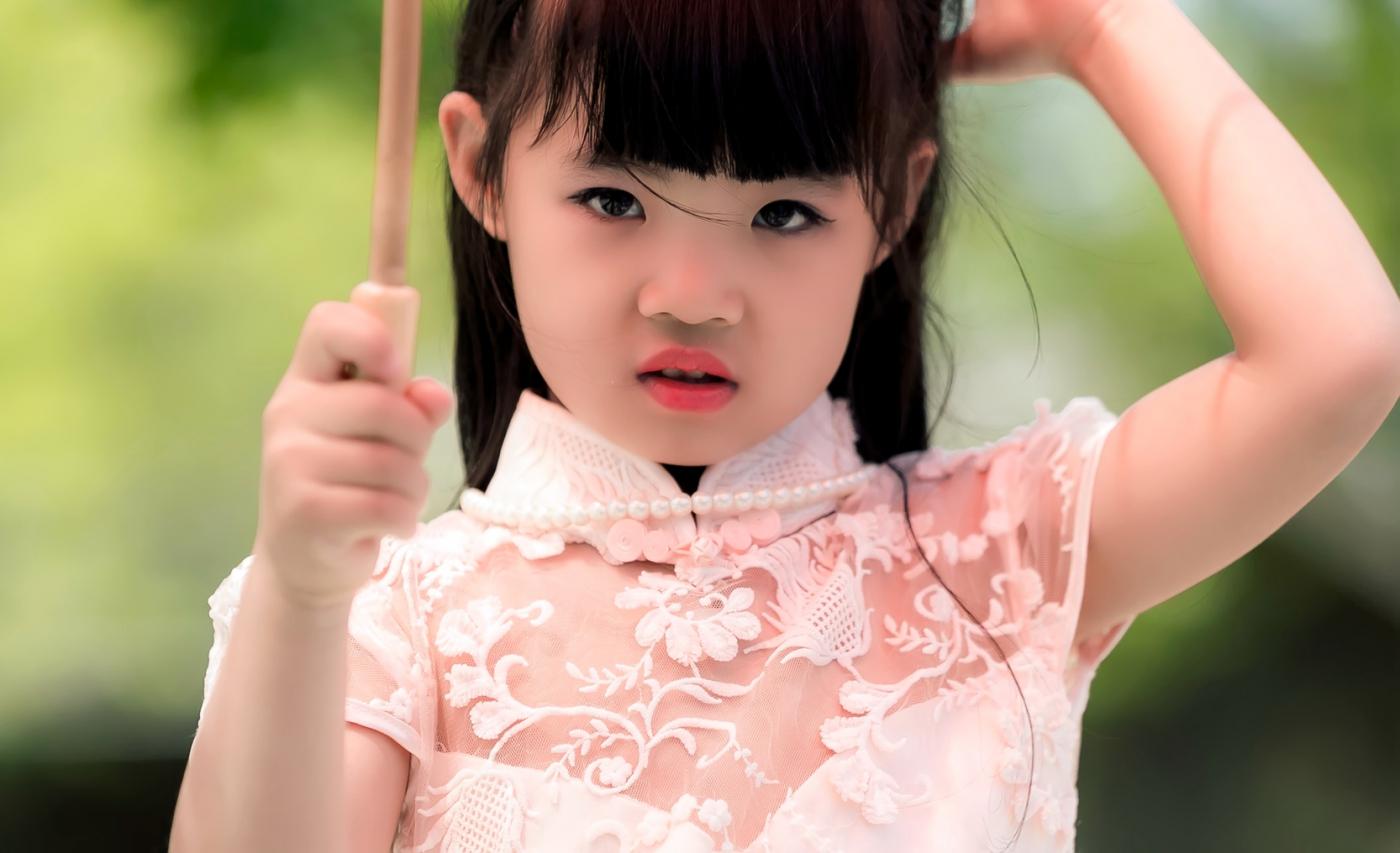 沂蒙娃娃穿上礼服走上show台 有个女孩特别萌 礼仪就要从娃娃抓起 ..._图1-28