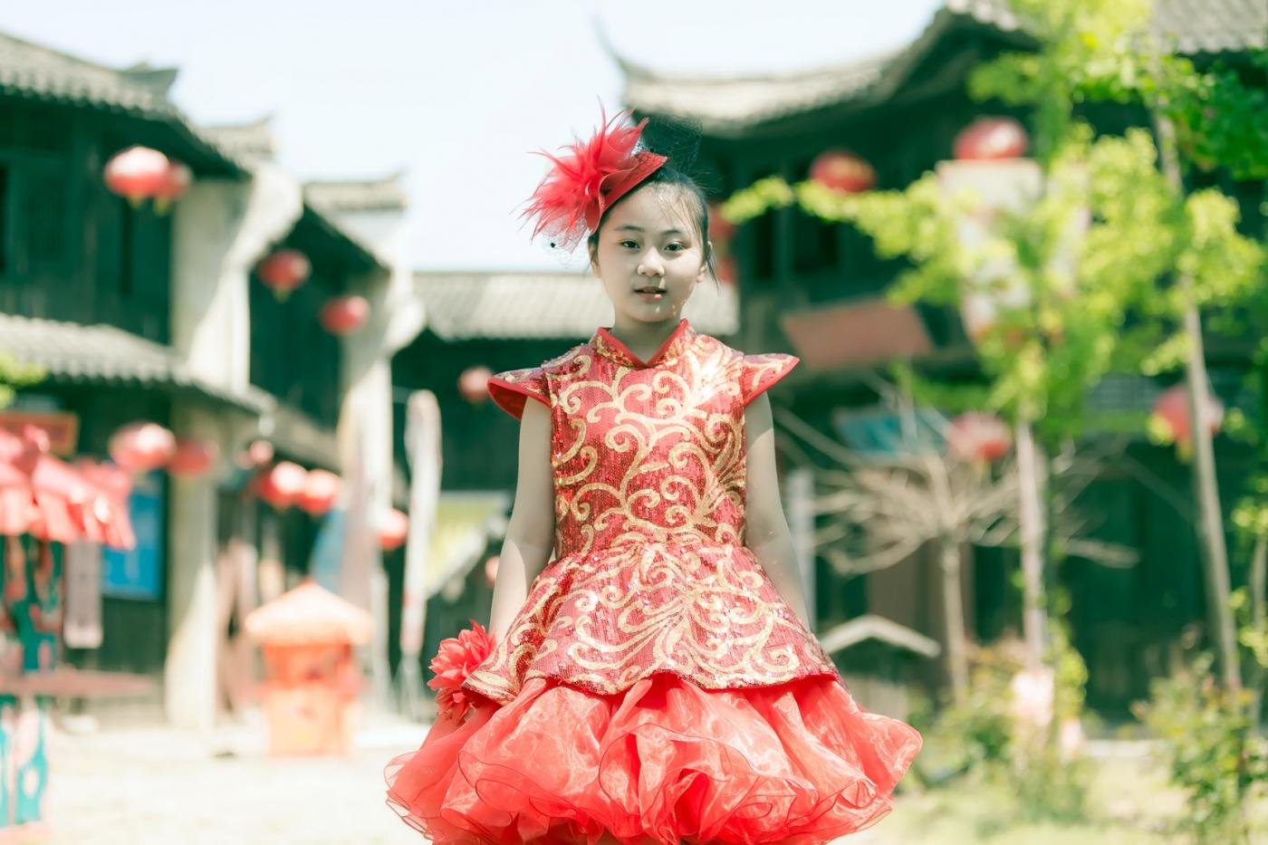 沂蒙娃娃穿上礼服走上show台 有个女孩特别萌 礼仪就要从娃娃抓起 ..._图1-30
