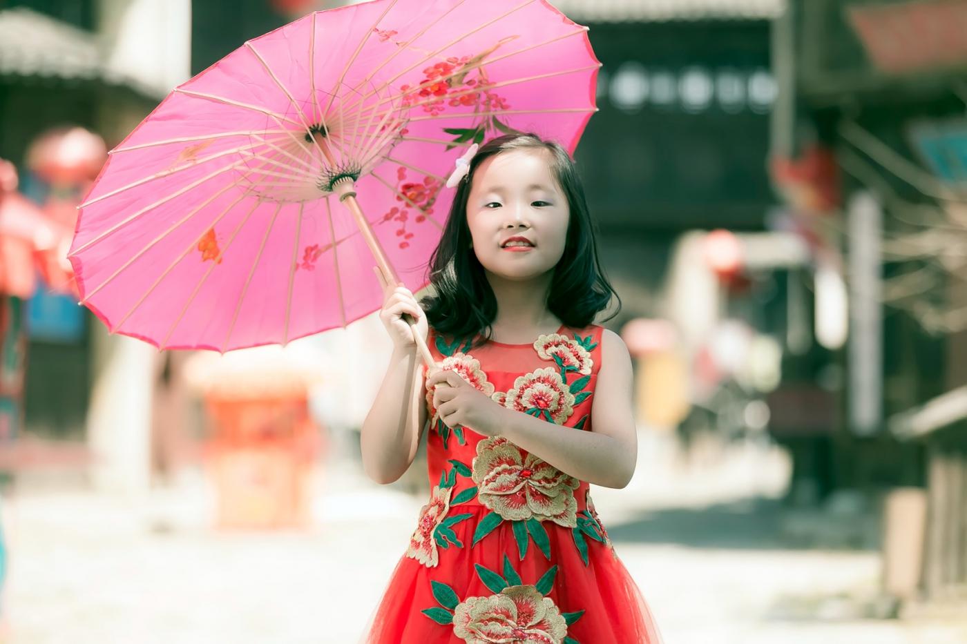 沂蒙娃娃穿上礼服走上show台 有个女孩特别萌 礼仪就要从娃娃抓起 ..._图1-31