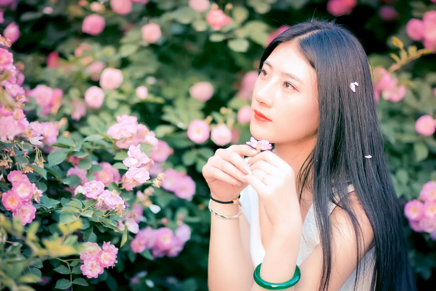 临沂大学有这么一道美丽的蔷薇长廊 当蔷薇MM王璐在她面前走过 ..._图1-16