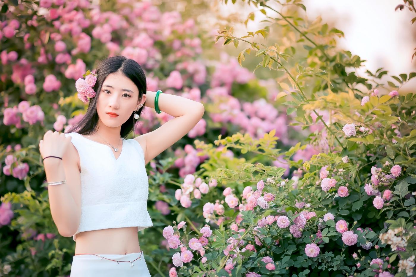 临沂大学有这么一道美丽的蔷薇长廊 当蔷薇MM王璐在她面前走过 ..._图1-22
