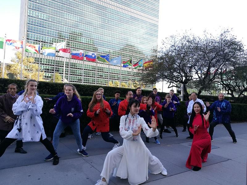 """【人民网报道】""""一带一路""""国际传媒在纽约联合国总部大楼前组织19位国际友人展示太极 ..._图1-4"""