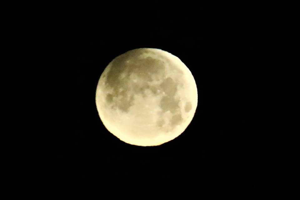 【爱摄影】今早的超级月亮兼一点点月食_图1-2