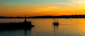 美国西雅图,晚霞帆船灯塔