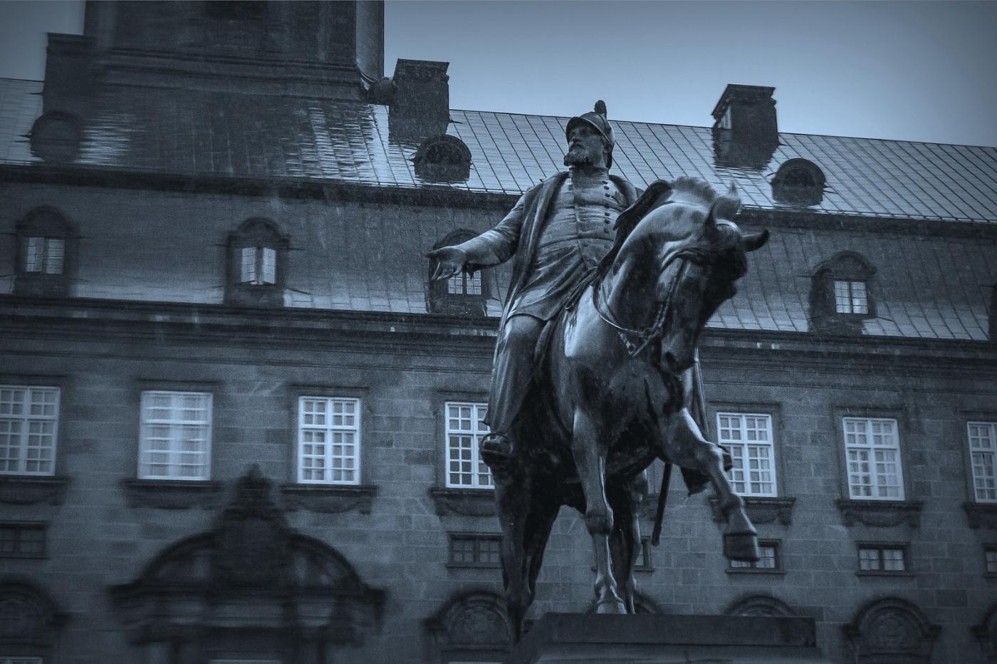 丹麦美人鱼雕像,雕塑家妻子为蓝本_图1-7