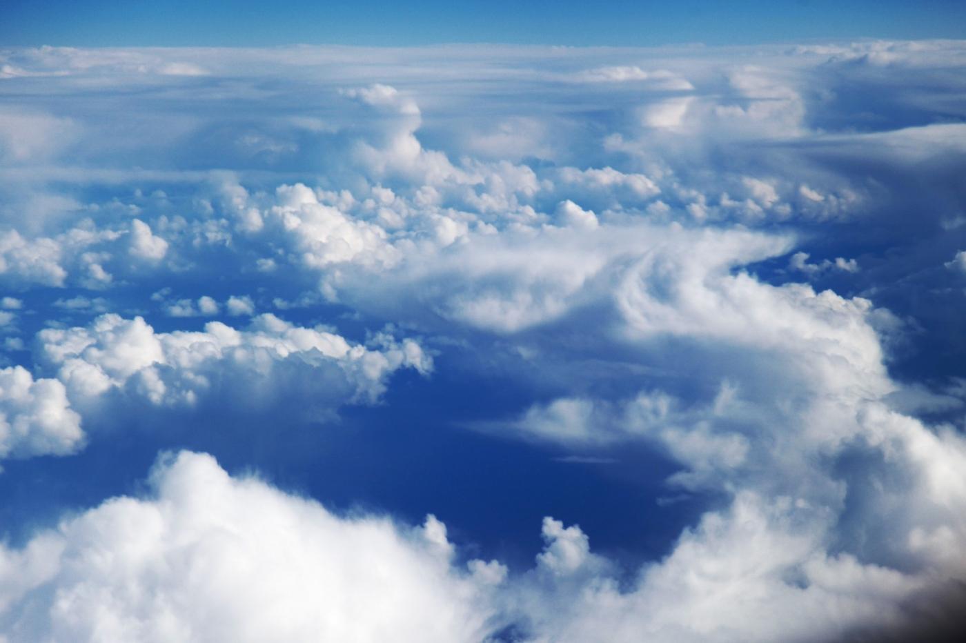 从纽约乘wow班机赴冰岛旅游,从班机的窗口看到:白云翻滚,赏心悦目,堪比黄山之云海 ..._图1-1