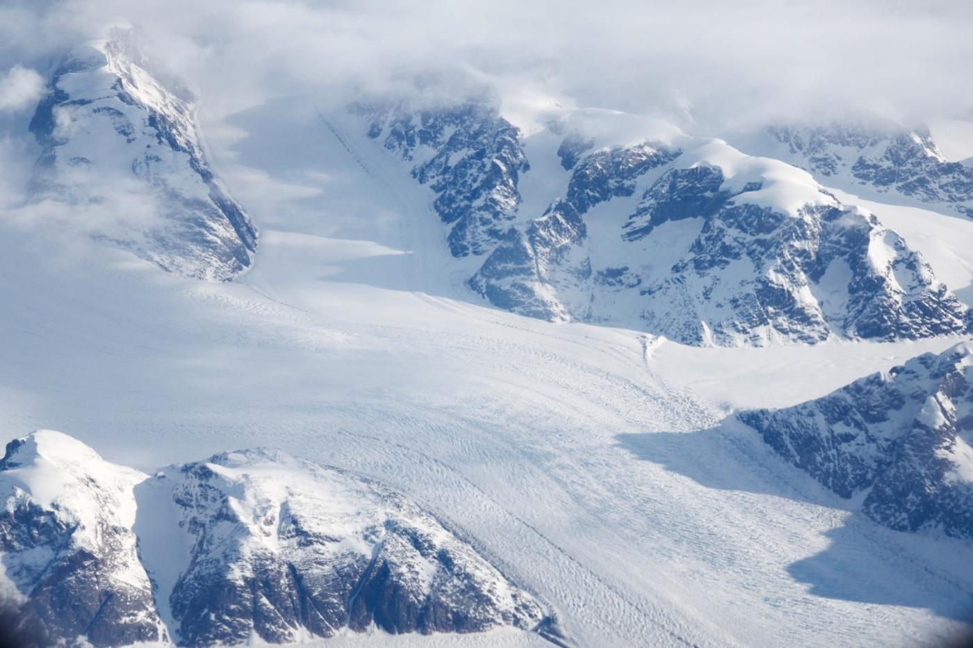 从纽约乘wow班机赴冰岛旅游,从班机的窗口看到:白云翻滚,赏心悦目,堪比黄山之云海 ..._图1-3