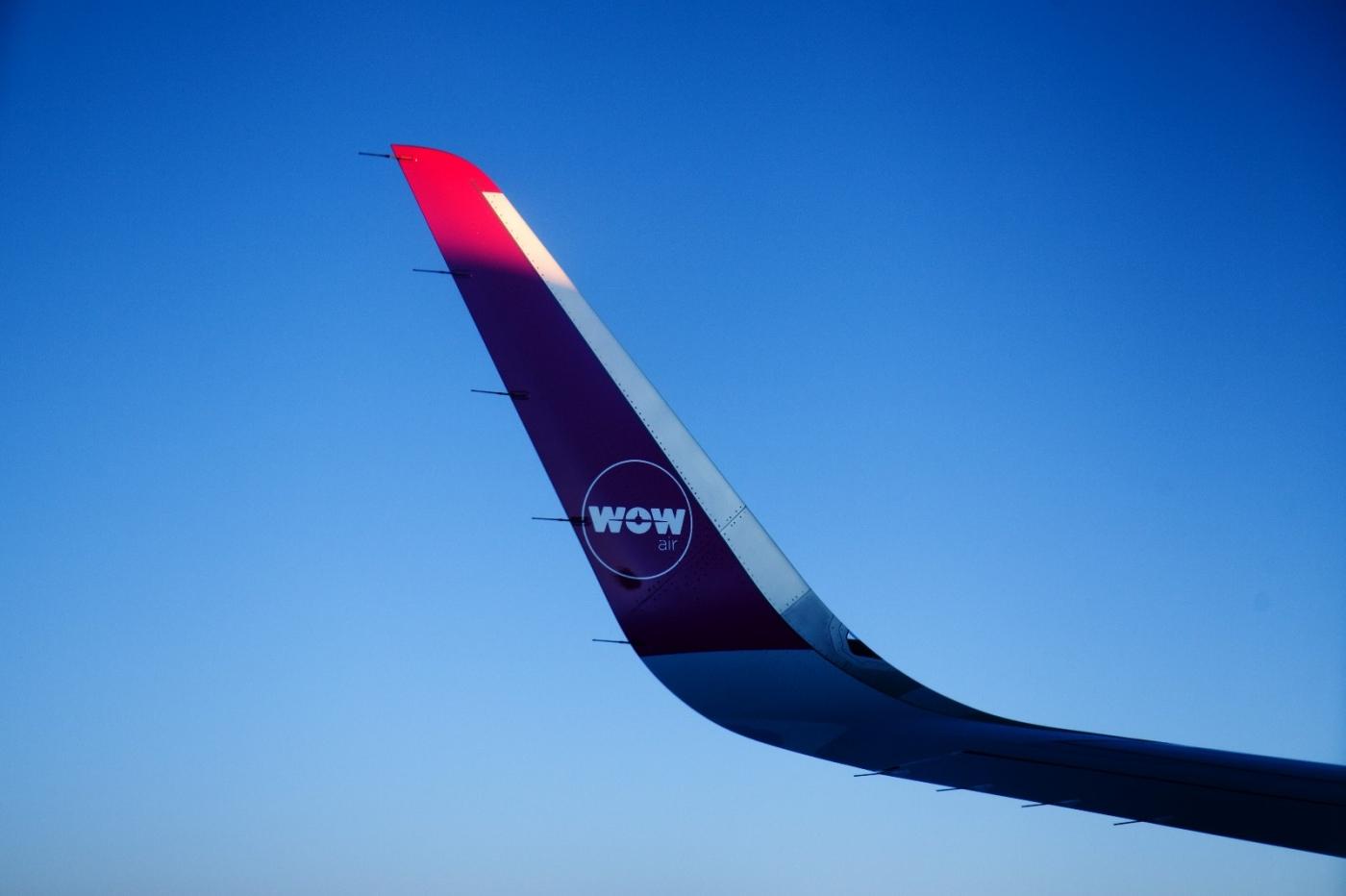 从纽约乘wow班机赴冰岛旅游,从班机的窗口看到:白云翻滚,赏心悦目,堪比黄山之云海 ..._图1-2