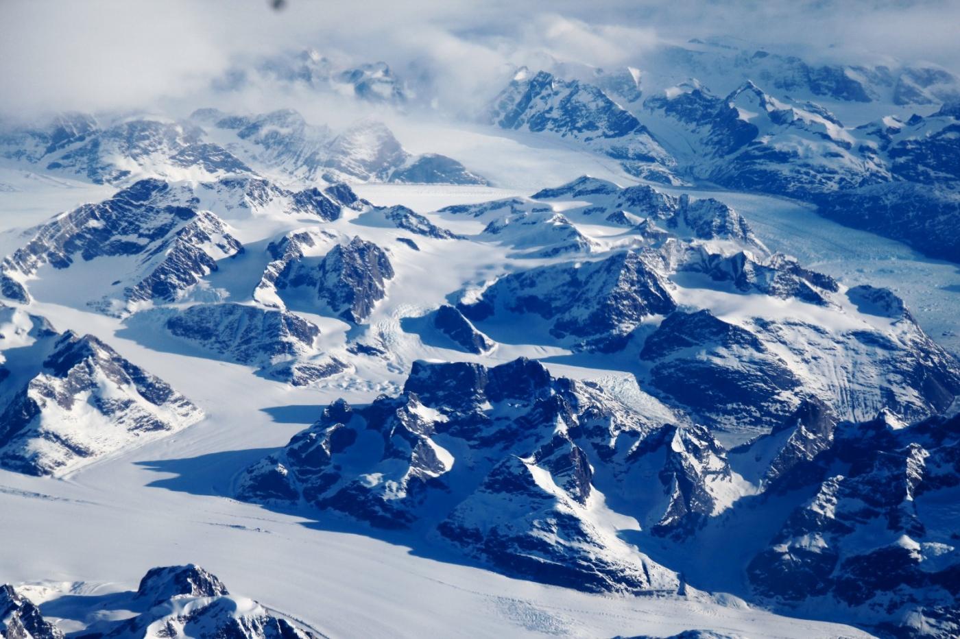 从纽约乘wow班机赴冰岛旅游,从班机的窗口看到:白云翻滚,赏心悦目,堪比黄山之云海 ..._图1-4