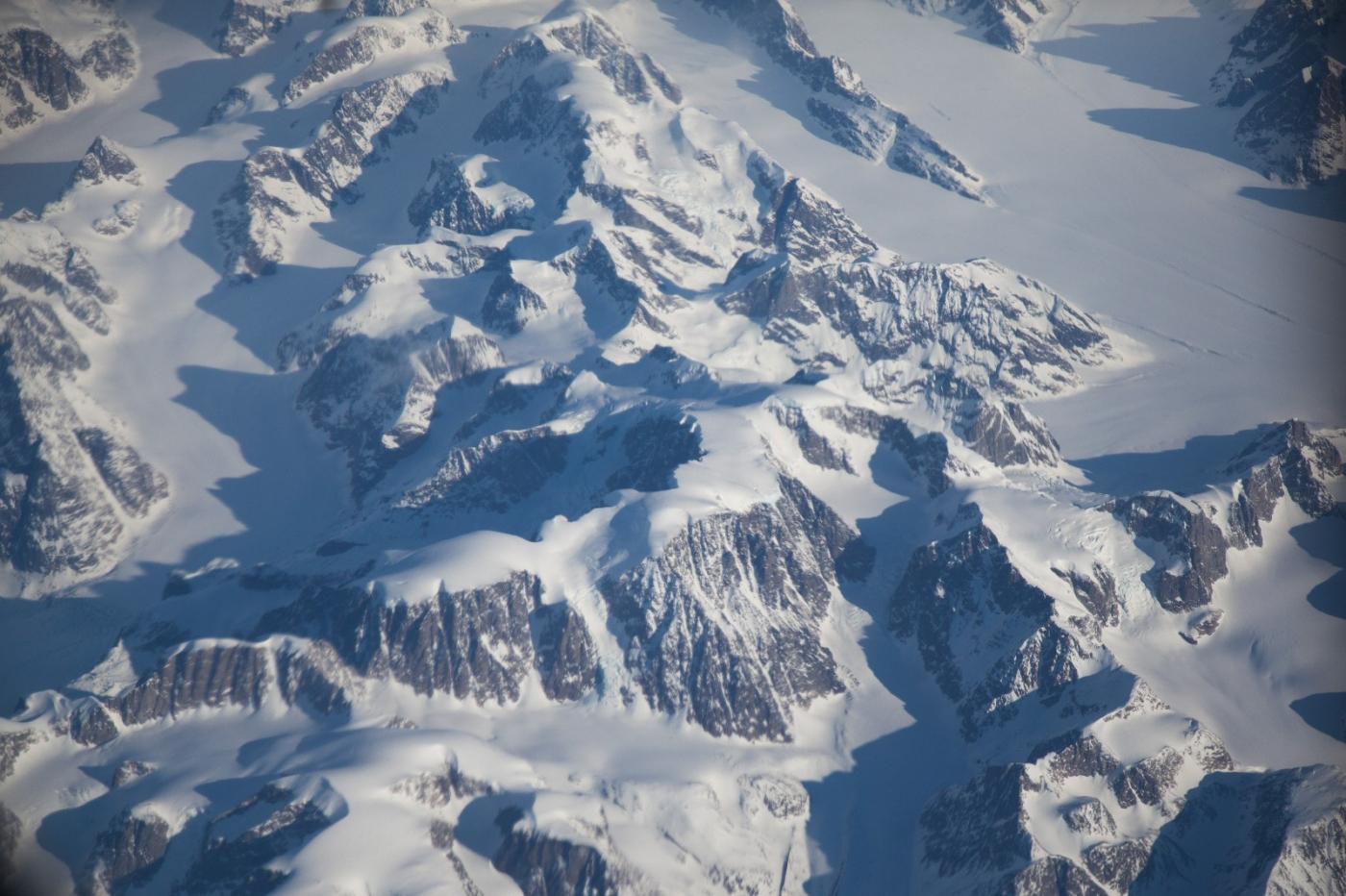 从纽约乘wow班机赴冰岛旅游,从班机的窗口看到:白云翻滚,赏心悦目,堪比黄山之云海 ..._图1-6