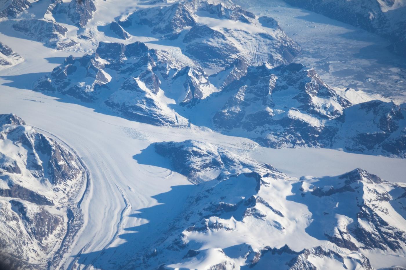 从纽约乘wow班机赴冰岛旅游,从班机的窗口看到:白云翻滚,赏心悦目,堪比黄山之云海 ..._图1-5