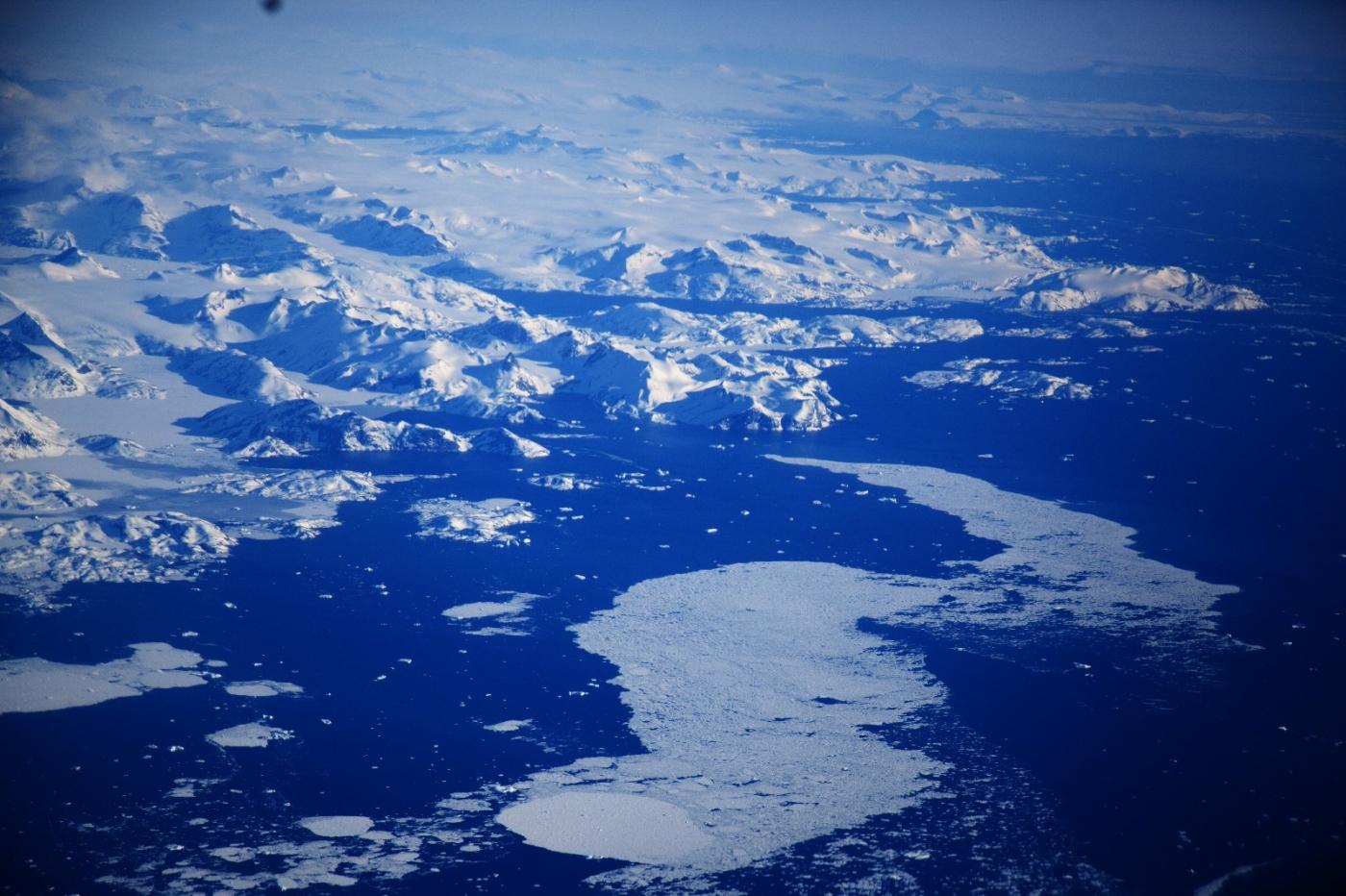 从纽约乘wow班机赴冰岛旅游,从班机的窗口看到:白云翻滚,赏心悦目,堪比黄山之云海 ..._图1-7